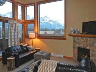 COZY CANADIANA CONDO - PANORAMIC MOUNTAIN VIEWS - Canmore vacation rentals