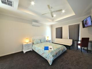 K4 Master Suite in 6 BR house 5km fr Perth City - Perth vacation rentals