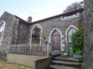 THE OLD SCHOOL HOUSE, family friendly, character holiday cottage, with a garden in Pwllheli, Ref 925944 - Pwllheli vacation rentals