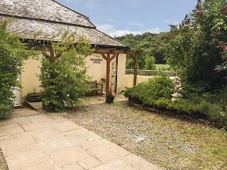 WOODVALE HOUSE, cosy retreat, WiFi, pet-friendly, woodland garden, Chulmleigh, Ref 926399 - Chulmleigh vacation rentals