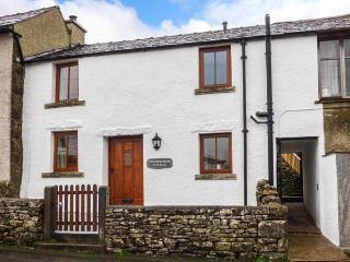 CINDERBARROW COTTAGE, mid-terrace, parking, garden, WiFi in Witherslack, Ref 931159 - Witherslack vacation rentals