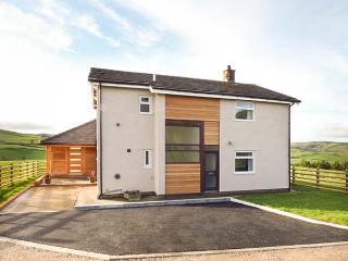 PEN BRYN LLAN, detached farmhouse, en-suite, summer room, patio with furniture, Llannefydd, Ref 931237 - Llannefydd vacation rentals