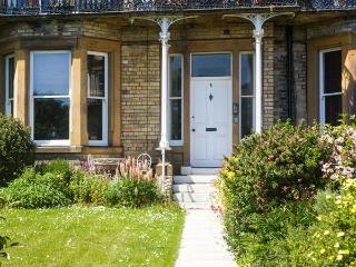 3 BALMORAL TERRACE, sea views, WiFi, doorstep amenities, near the beach, in Saltburn, Ref. 917264 - Saltburn-by-the-Sea vacation rentals