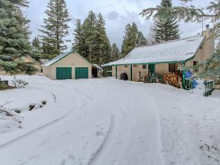 Lake access getaway with outdoor firepit - Donnelly vacation rentals