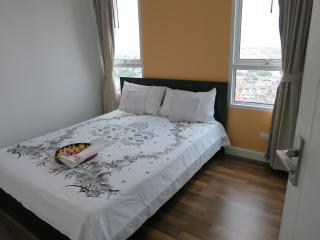 Bedroom for 2. 5 mins. BTS, Wifi,Pool,Gym&NightMkt - Bangkok vacation rentals