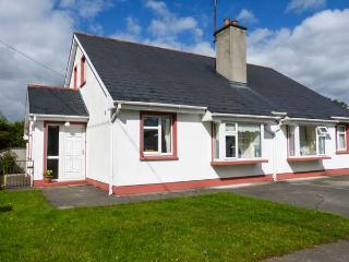 OAK COTTAGE, semi-detached, open fire, lawned garden and patio, Ballaghaderreen, Ref 927861 - Ballaghaderreen vacation rentals