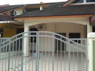JSY Homestay - Legoland, Hello Kitty n Educity - Johor Bahru vacation rentals