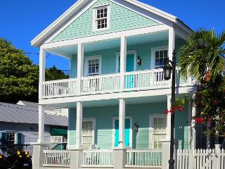 Luxury 2 bedroom 1 bath with full kitchen - sleeps 5 - Steps from Duval St - Key West vacation rentals