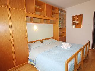 Cozy 2 bedroom Novigrad Apartment with Internet Access - Novigrad vacation rentals