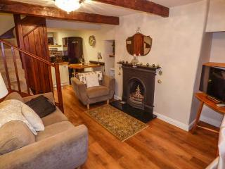 EAST COTE COTTAGE, semi-detached, over 3 floors, WiFi, decked area in Long Preston, Ref 918567 - Long Preston vacation rentals