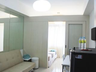 Travellers choice Suites w/ balcony, room free wifi - Mall of asia - Manila vacation rentals