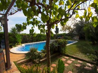 Joyful Costa Dorada getaway for up to 16 guests, just 2km from the beach! - El Vendrell vacation rentals
