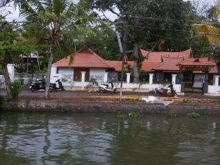 Cozy 3 bedroom Guest house in Alappuzha - Alappuzha vacation rentals