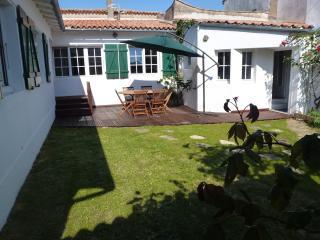 maison de village au calme avec jardin - Ars-en-Re vacation rentals