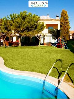 Pleasant 4-bedroom getaway in Berga with a private pool and spacious yard - Berga vacation rentals