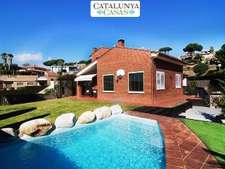 Seaside 3-bedroom villa in Caldes Estrach, only 1,000m to the beach - Caldes d'Estrac vacation rentals