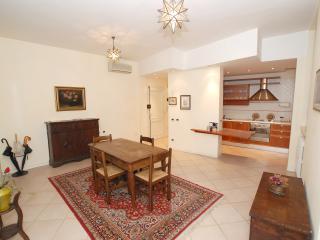 2 bedroom Condo with Housekeeping Included in Cona - Cona vacation rentals