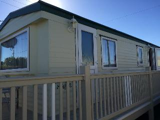 Bright Caravan/mobile home with Housekeeping Included and Television - Ingoldmells vacation rentals