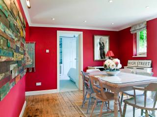 2 Bed in North Kensington near Notting Hill - Hill Farm Rd - London vacation rentals