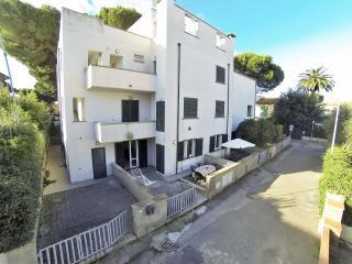 T8 - Attico 4 vani con 2 ampie terrazze a tetto - Marina di Cecina vacation rentals