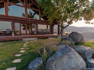 'Rocky Mountain Lodge' - Handcrafted 5BR Cedar Cabin outside Boise w/Private Hot Tub & Spectacular Views, Excellent Wedding and Retreat Venue - Horseshoe Bend vacation rentals