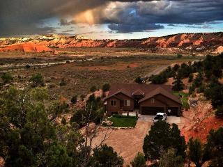 Tranquil 3BR Cannonville Escape - Bryce Hillside Villa! Enjoy Panoramic Views & Private Deck! - Prime Location to Explore Utah's National Parks! - Cannonville vacation rentals