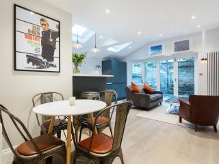 An impeccably decorated, stylish and modern two-bedroom flat in Fulham. - London vacation rentals