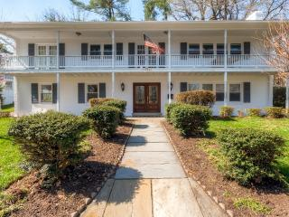 Impressive 4BR Arlington House w/Free Wifi, Gourmet Kitchen & Recreation Room - Only 15 Minutes from Major Washington DC Attractions! - Arlington vacation rentals