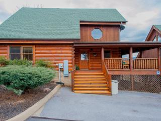 """""""Cubbie's Cabin"""" Luxurious 2BR Sevierville Cabin w/Wrap-Around-Porch! Come Experience the Great Smoky Mountains - Sevierville vacation rentals"""