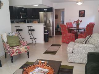 2 bedroom Apartment with Internet Access in Pompano Beach - Pompano Beach vacation rentals