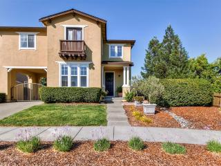 Idyllic 4BR Windsor Home in the Heart of Wine Country w/Wifi, Large Furnished Patio & Convenient Location - Easy Access to Healdsburg, Russian River, Lake Sonoma, Parks, Golf & Much More! - Windsor vacation rentals