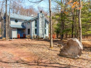 Serene 3BR Lake Harmony House w/Wood Burning Fireplace & Beautiful Wooded Views - Walk to the Lake! Close to Ski Resorts, Shopping & More - Lake Harmony vacation rentals
