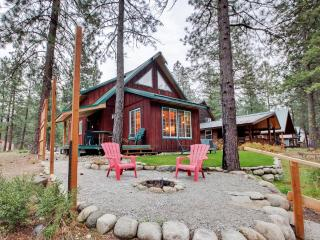 'Whispering River' Tranquil 2BR Leavenworth Cabin w/Wifi, Outdoor Firepit & Private Hot Tub - Wonderful Riverfront Location! - Leavenworth vacation rentals