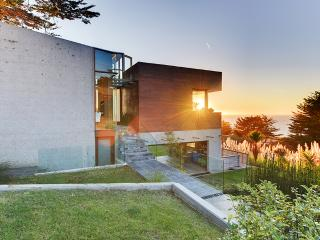 Beautifully Designed 3BR Montara House w/Wifi, Rooftop Deck & Panoramic Ocean Views - Walk to the Beach & Mountain Trails! 20 Minutes to San Francisco - Montara vacation rentals