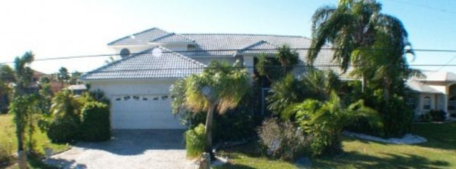 Front side view of 2 story home Villa GRANDEE - WATERFRONT LARGE 2storey 5 bedroom,pool-jacuzzi - Cape Coral - rentals