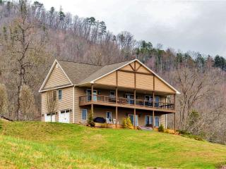 'Buck Mountain Escape' Scenic 3BR Franklin House w/Wifi, Multiple Decks & Fantastic Mountain Views - Close to Great Smoky Mountains Nat'l Park, Boat Rentals, Tubing, Ziplining & More! - Franklin vacation rentals