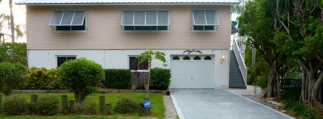 This is a Duplex Upper Unit includes stairs to access. Lower Unit no stairs. - Waterfront-Walk to Anna Maria Island, or LBK - Cortez - rentals