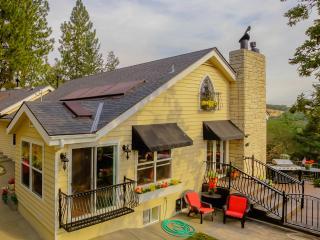 Gorgeous Italian Hillside Villa sleeps 10 - Medford vacation rentals