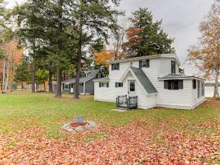 Delightfully Charming 4BR Burnham House on Lake Winnecook w/Fun Decor, Fire Pit & Panoramic Lake Views - Easy Access to Many Major Area Attractions! - Burnham vacation rentals