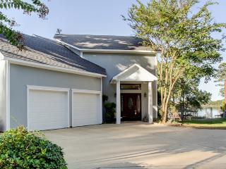 Exquisite 3BR Lakefront Benton Home w/Open Floor Plan, Whirlpool Tubs, Large Patio, & More - Convenient Location Near Public Boa - Benton vacation rentals