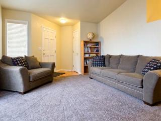 15% Off! Inviting 3BR Boise Townhome w/Wifi & Private Backyard - Centrally Located Near BSU, Shopping, Boise Greenbelt, Outdoor Recreation & More! - Boise vacation rentals