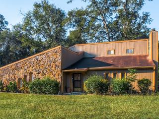 Clean & Comfortable 3BR Troy House w/Wifi, Large Deck, & Beautiful Wooded Views - Private, Relaxing Setting & Easy Access to Troy Attractions - Troy vacation rentals