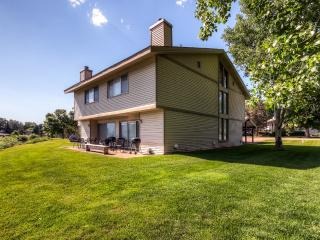 Cozy 2BR Carbondale Condo w/ Private Patio, Charcoal Grill & Large Brick Fireplace - Fantastic Golf Course Location w/ Stunning Mountain & Water Views! Easy Access to Skiing, Hiking, Fishing & More! - Carbondale vacation rentals