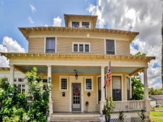 'The Hicks-Gregg House' Historic & Fully Restored 4BR Brownsville House w/Wifi, Baby Grand Piano & Large Bay Porch - Close to Downtown, South Padre Island, Mexico & More! - Brownsville vacation rentals