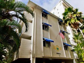 Charming Condo with Full Kitchen Short Stroll  to Beaches and Attractions - Honolulu vacation rentals