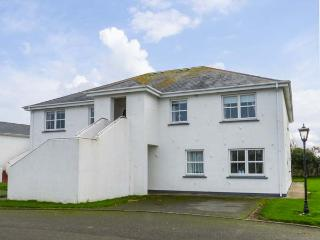 20 CASTLE GARDENS, second floor apartment, open fire, balcony, Rosslare, Ref 27229 - Rosslare vacation rentals
