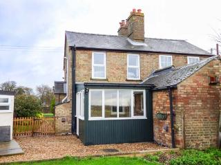 HAWTHORN COTTAGE, character holiday home, open fire, pet-friendly, WiFi, countryside views, Littleport, Ref 923652 - Littleport vacation rentals