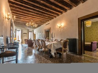 Palazzina Canal - Palazzina Canal is a large apartment with 5 bedrooms that can comfortably host up to10 persons. The apartment has 3 bathrooms and a large family kitchen. - Venice vacation rentals