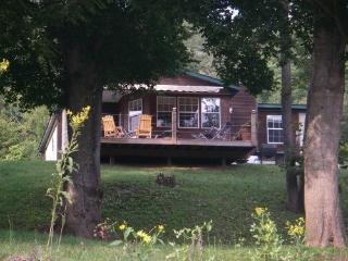 Perfect 3 bedroom Cabin in Mountain Home with Deck - Mountain Home vacation rentals