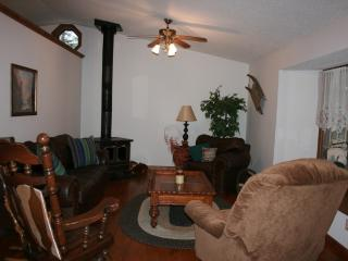 Spacious 4 bedroom House in Bakersville with Deck - Bakersville vacation rentals
